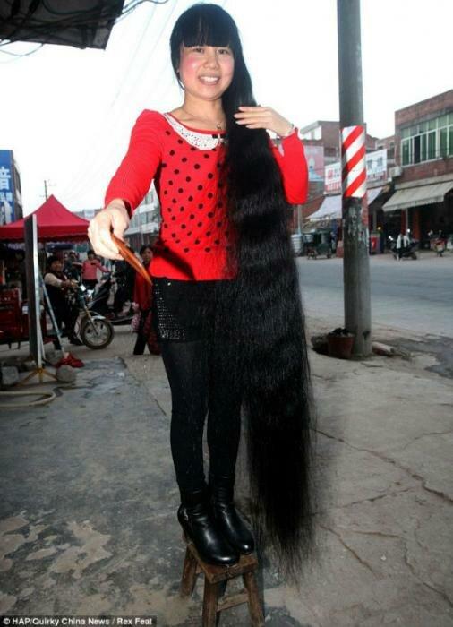 Una mujer tiene el cabello más largo que su propio cuerpo